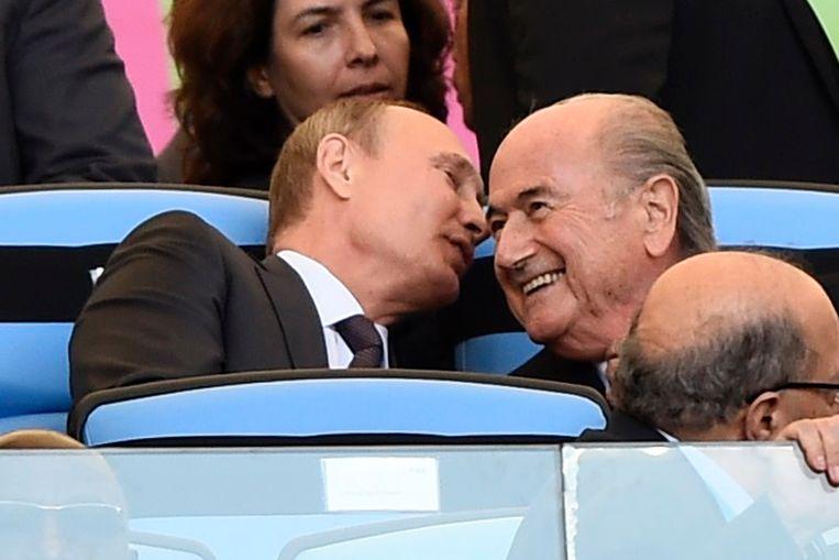 Vladimir Poetin en de toenmalige FIFA-baas Sepp Blatter tijdens de finale van de wereldbeker voetbal in 2014. De twee vonden elkaar om de wereldbeker van 2018 naar Rusland te halen. Beeld REUTERS