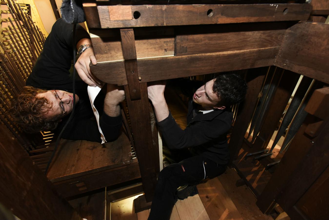 Gerrit de Jong (l) en Erik Stolk (r) maken het orgel ook van binnen schoon.