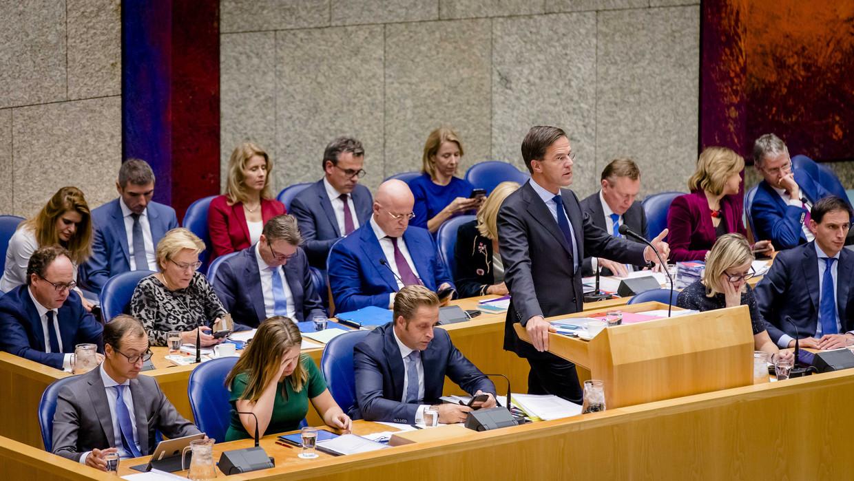Kabinet-Rutte III onder leiding van premier Mark Rutte in de plenaire zaal van Tweede Kamer.