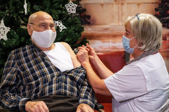 Hector De Vos in WZC Immaculata in Edegem was vorige week de eerste persoon uit de wijde Antwerpse regio die het vaccin toegediend kreeg.