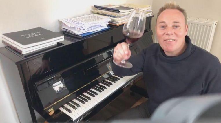 Jazzpianist Jef Neve speelt elke dag om 17.30 uur een miniconcert van thuis. Beeld RV