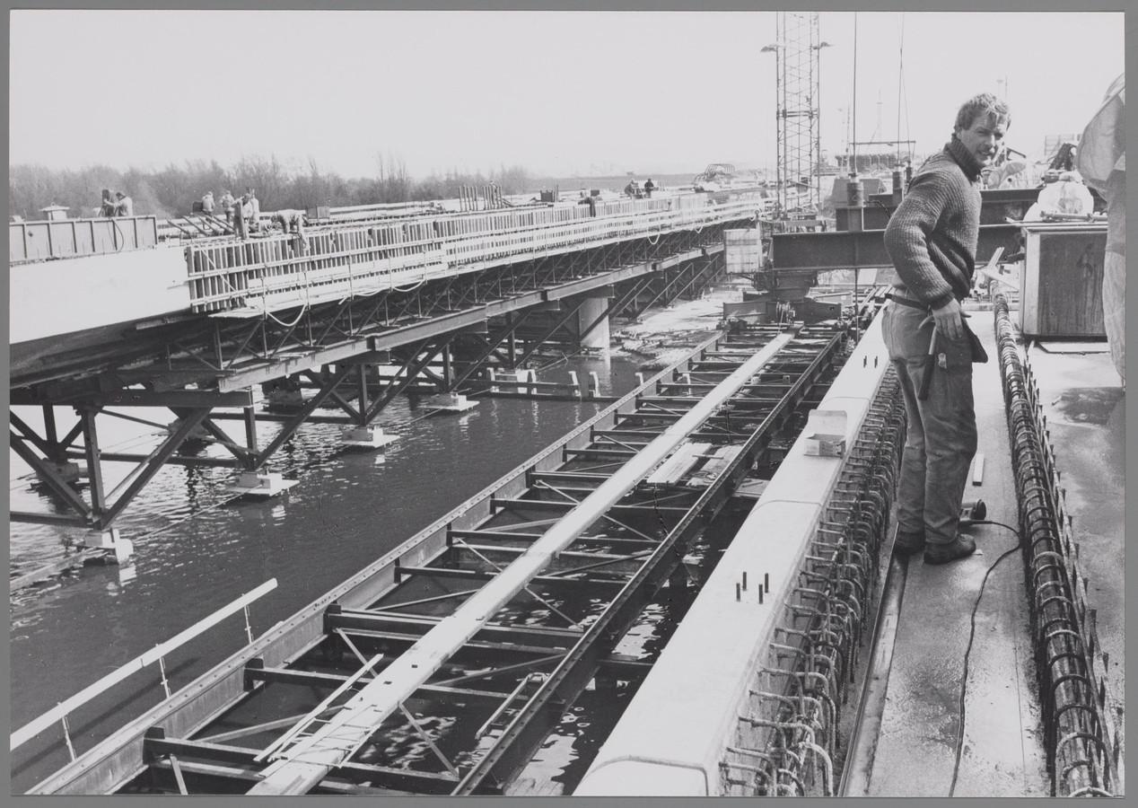 Bouw van twee nieuwe bruggen over de Amstel in verband met de bouw van de Ringweg Zuid en de aanleg van de sneltram lijn 51 naar Amstelveen.