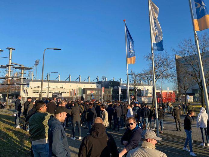 Vier uur voor de aftrap heeft zich een grote groep supporters verzameld bij Erve Asito.