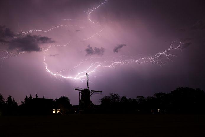 Foto van onweer in Doetinchem, met de Benninkmolen als silhouet. Zondag 2 juni 2019