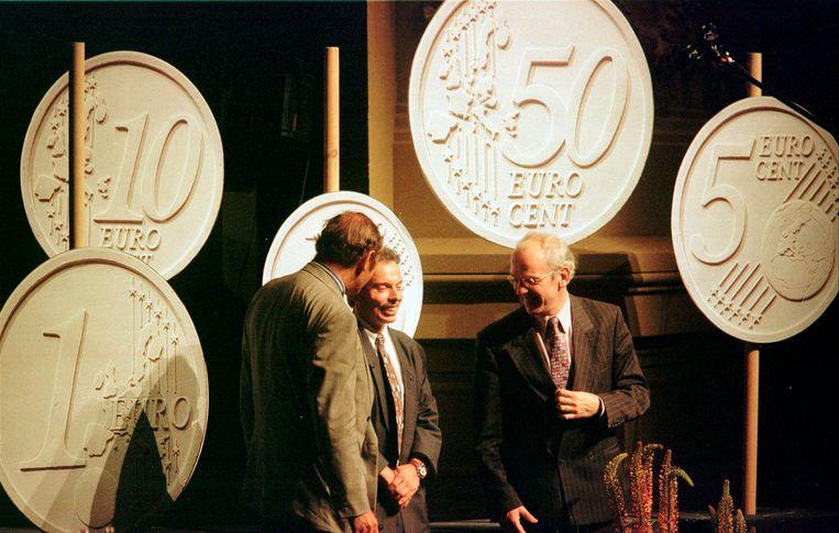 De Belgische ontwerper Luc Luycx (midden) in 1997 tijdens een presentatie in Amsterdam met nieuwe euromunten die hij ontworp. Links de oud-eurocommissaris van Financiën Yves-Thibauld De Silguy en rechts de Nederlandse oud-minister van Financiën Gerrit Zalm. Beeld AP