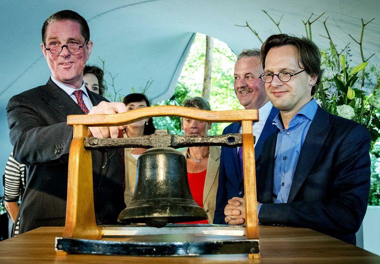 Het Huis van de Klokkenluiders werd in 2016 geopend door Ronald van Raak (rechts) en Paul Loven, de eerste voorzitter van het Huis. Hij vertrok in oktober. Beeld ANP