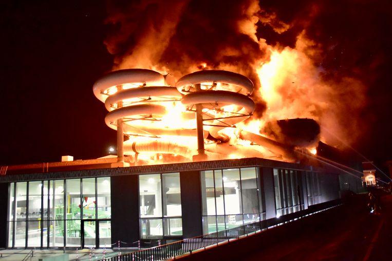 De glijbanen in polyester vormden een dankbare prooi voor de vlammen. - brand zwembad Kortrijk