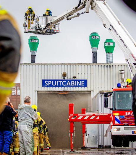 Brand bij autospuiterij in 's-Gravendeel: geen gewonden
