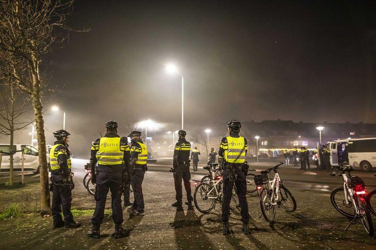 Politie is  aanwezig in de wijk Scheveningen tijdens oudejaarsavond.  Beeld ANP