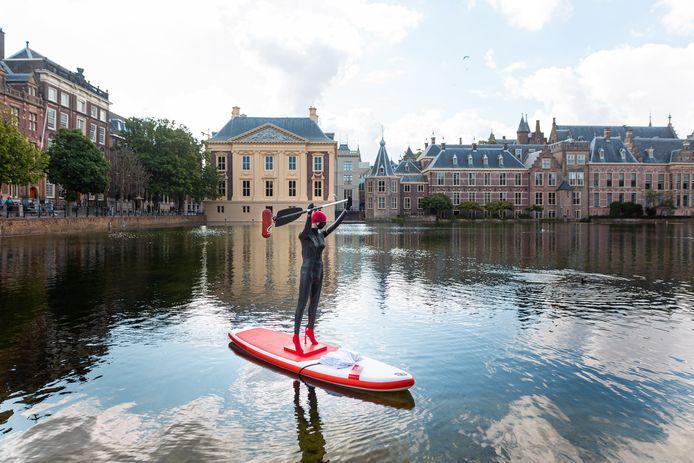 De persoon op de Hofvijver die zich had verkleed als paspop werd even later door de politie en Koninklijke Marechaussee van het water gehaald.