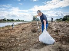 230 volontaires nettoient les berges de la Meuse dans le Limbourg après les inondations