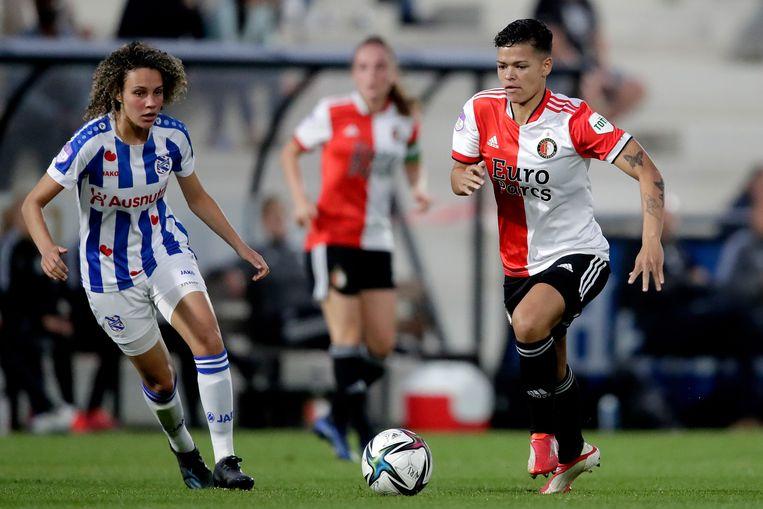 Zoï van de Ven (l.) van sc Heerenveen en  Samantha van Diemen (r.) van Feyenoord tijdens een eredivisiewedstrijd. Beeld Getty Images