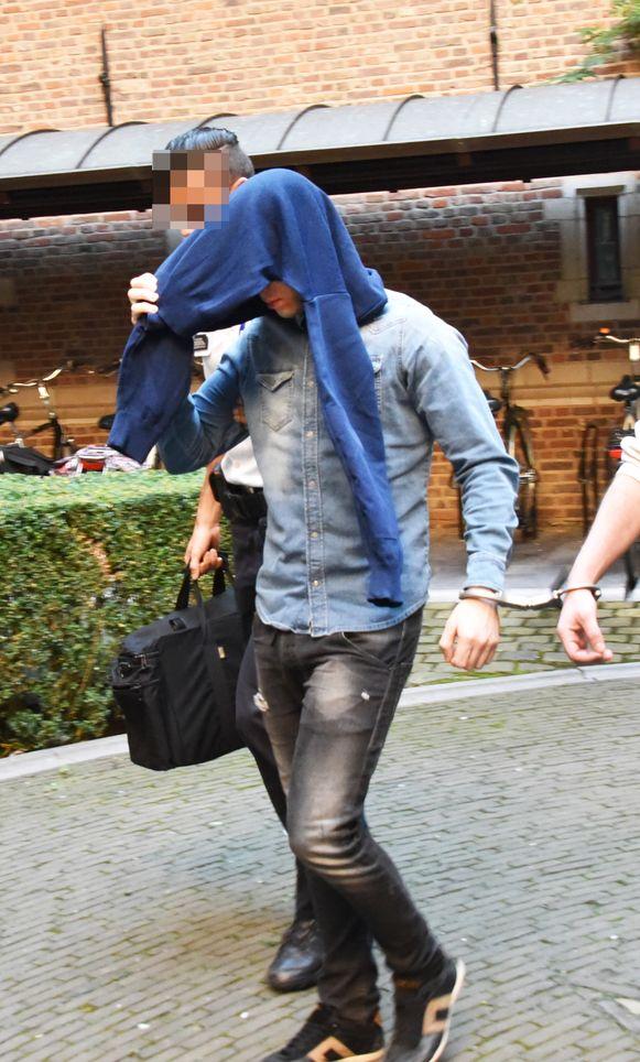 Moordverdachte Rubens Mens op weg naar de zitting van de rechtbank.