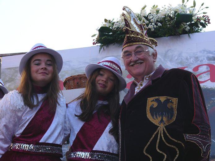 Kamiel Sergant in 2005 met twee van zijn kleindochters als Kamilleke.
