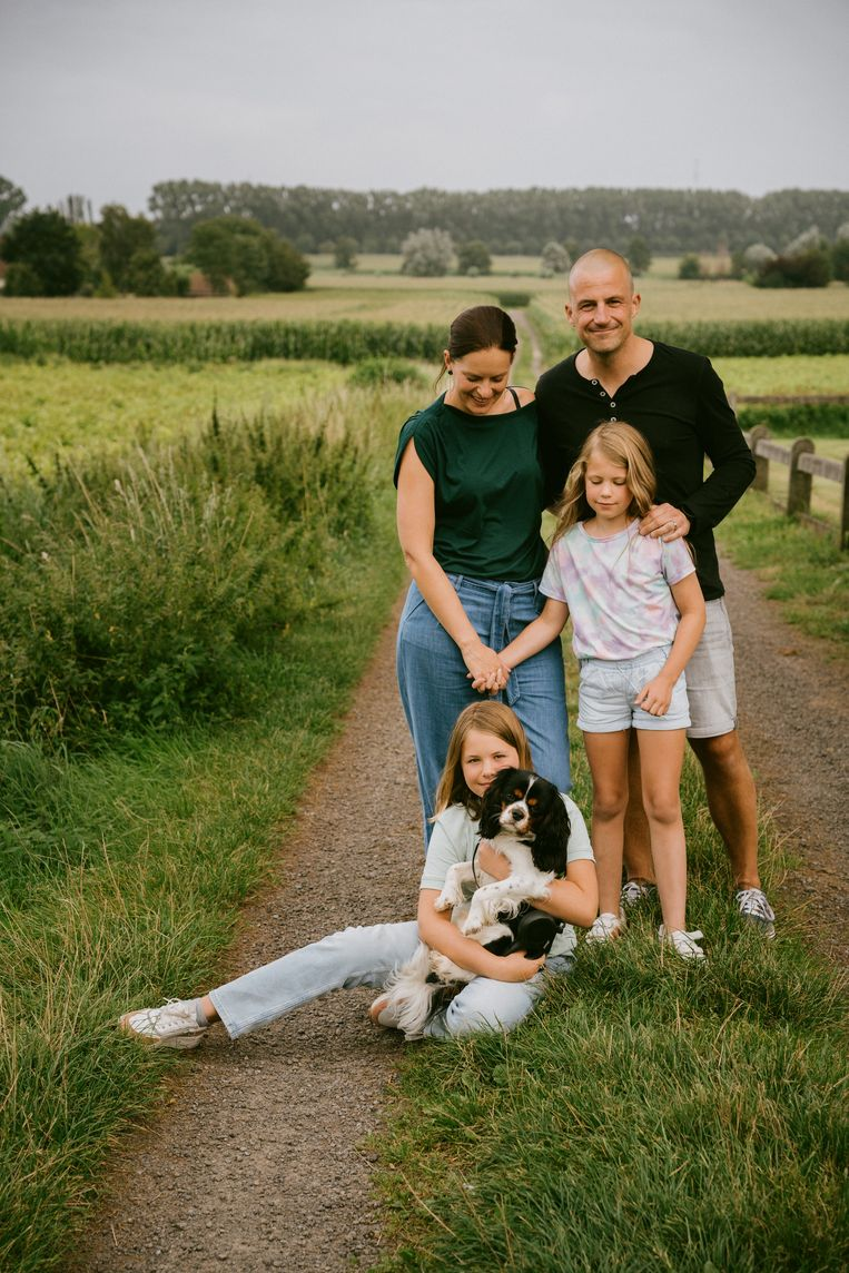 Sophie De Vliegher: 'Een hond is altijd blij om je te zien, en ik merk dat de kinderen er enorm veel troost bij vinden.' Beeld Wouter Van Vooren