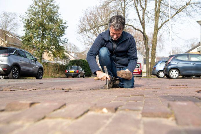 Initiatiefnemer Erwin Goutbeek werkt aan de vergroening van de Westerhof in Dalfsen.