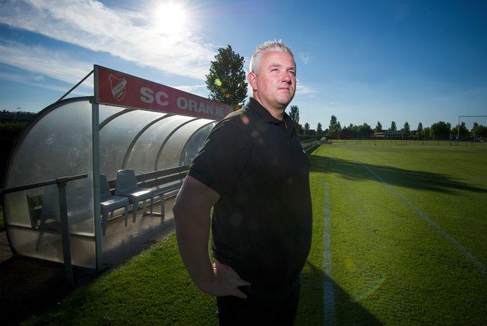 Carel van der Velden als trainer bij SC Oranje in Arnhem.
