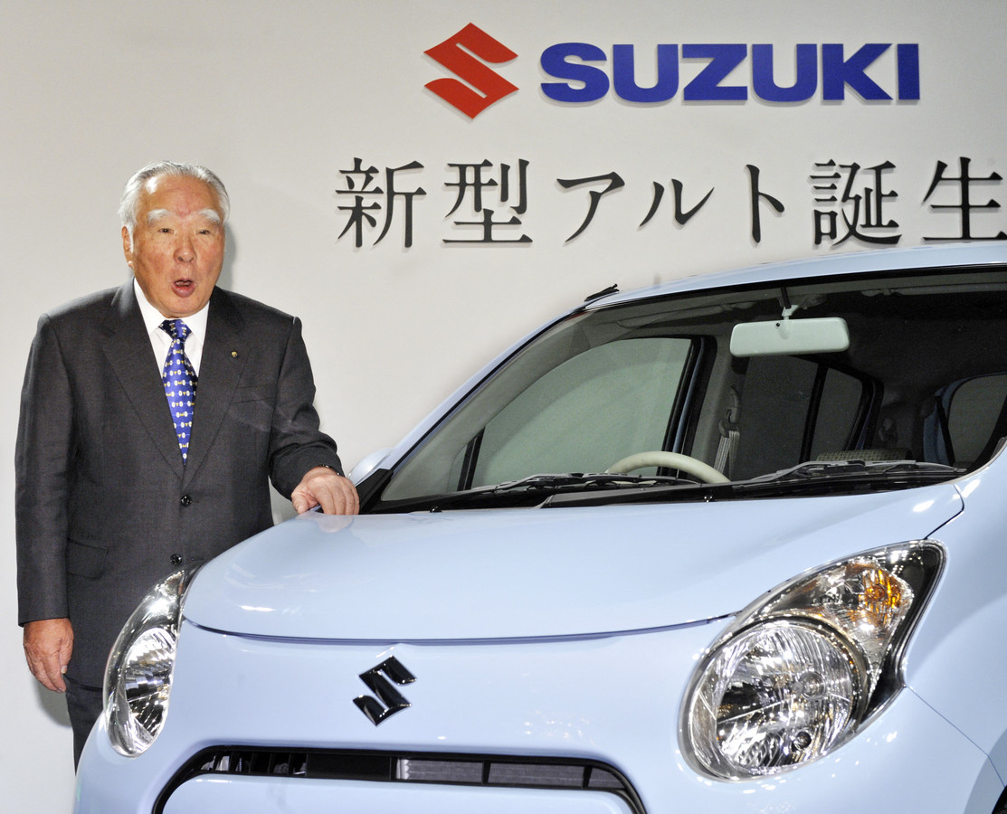 Osamu Suzuki bij de presentatie van de nieuwe Suzuki Alto in 2009