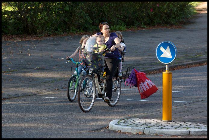 Op de fiets boodschappen doen, houdt je in beweging. Ook al is het soms een hele toer.