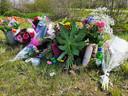 Steeds meer bossen bloemen worden er neergelegd op de plek waar de 17-jarige scholiere verongelukte.