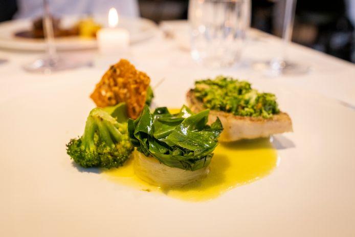 Zeebaars met lamsoor, broccoli en dashi.