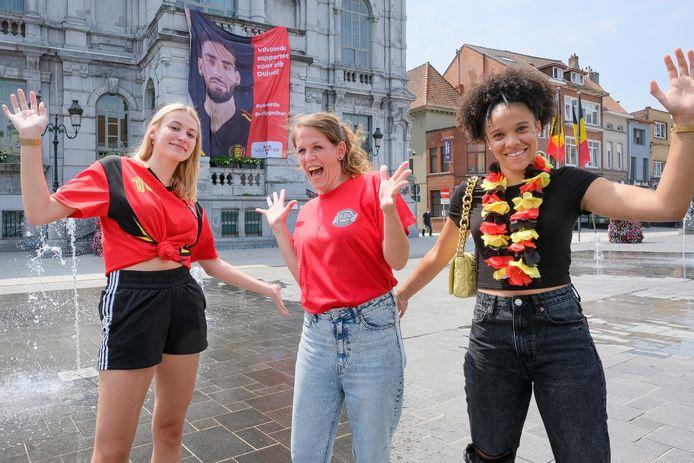 Lente Van Eeckhout (18) , leerkracht Helen Wyffels en Alyssia Timmermans (19) op de Grote Markt.