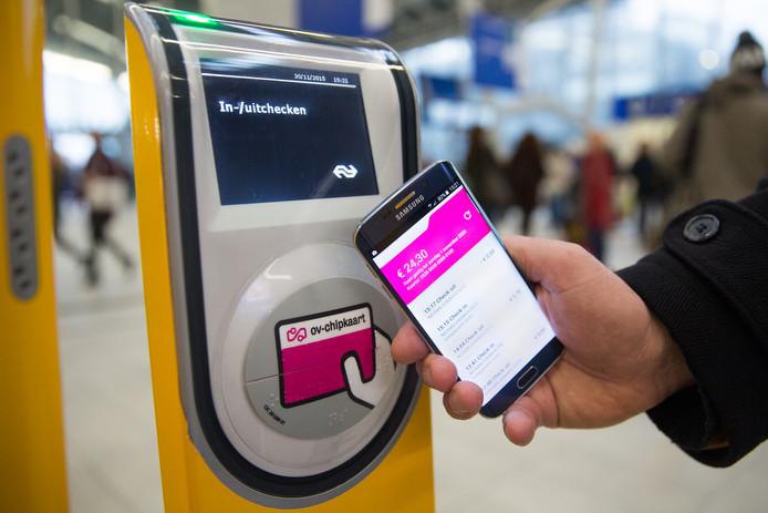 Gebruikers van OV-chip Mobiel krijgen deze week te horen dat ze weer een ouderwetse OV Chipkaart moet kopen om te kunnen reizen.