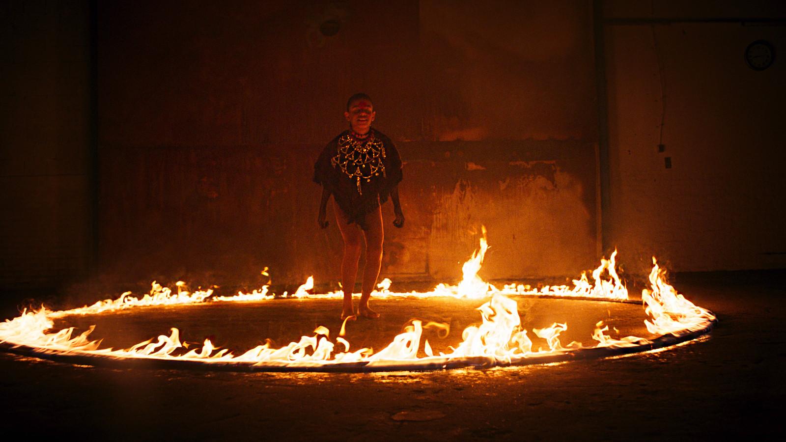 Shot uit de clip van Birth of a New Age, het lied van Jeangu Macrooy.