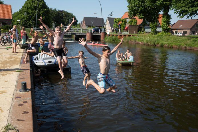 De jeugd van Wapenveld vermaakt zich uitstekend in het Apeldoorns Kanaal. Maar een jacht zal hier niet gaan aanleggen.