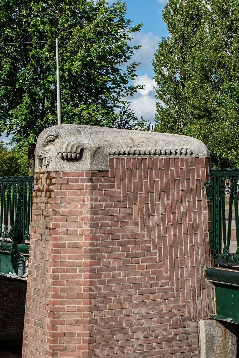 Op 19 september viel ons oog op de zeerobben van stadsbeeldhouwer Hildo Krop op de P.L. Kramerburg over het Amstelkanaal. De brug is vernoemd naar architect Pieter Kramer, die begin 20ste eeuw een groot aantal bruggen in Amsterdam heeft ontworpen. Winnaar van het jaarabonnement op Ons Amsterdam is Christine Stokman. Beeld Nosh Neneh