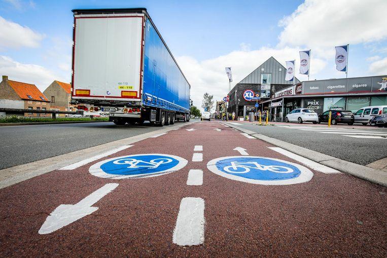 Het zware verkeer en het dubbelrichtingsfietspad maken de Dijk onveilig.