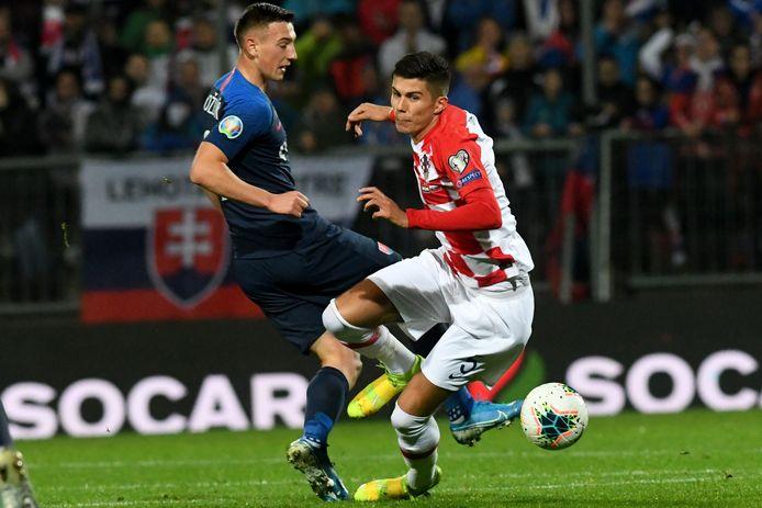 Robert Bozenik in duel met de Kroatische verdediger Dino Peric op 16 november 2019.