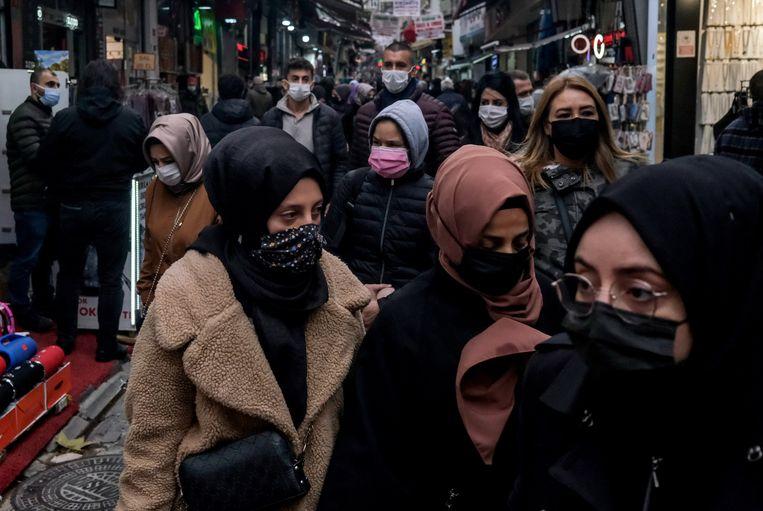 Bezoekers van de bazaar in Istanbul. Beeld EPA