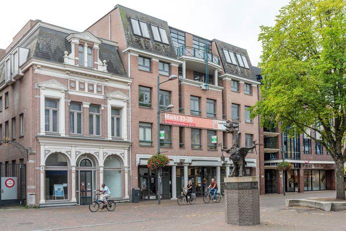 Het voormalige archief en het naastgelegen pand (links) aan de Markt krijgen een tweede leven als appartementencomplex.