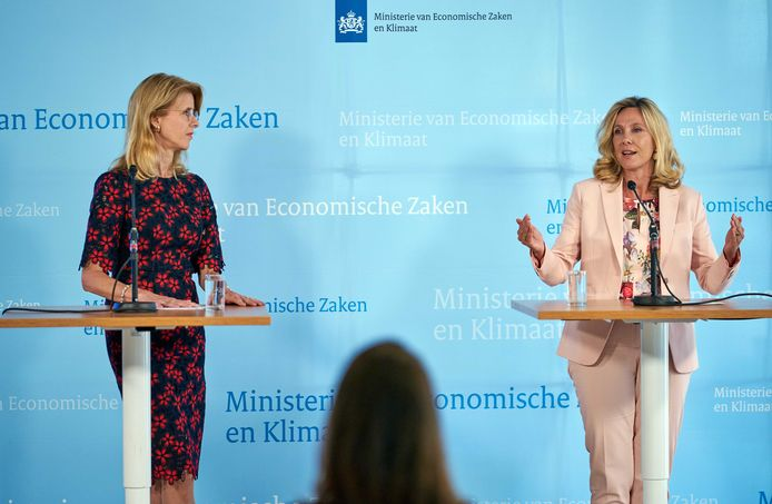 Staatssecretaris Mona Keijzer (EZ&K)en directeur-hoofdinspecteur Angeline van Dijk (Agentschap Telecom) maken op haar ministerie de opbrengst bekend van de veiling van 5G-frequenties.