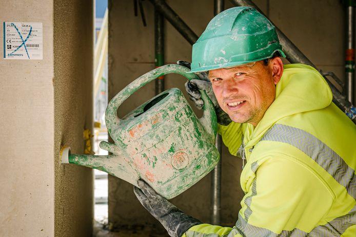 Bouwvakker-timmerman Evert van der Steege uit Hasselt, op de bouw aan het werk in Utrecht.