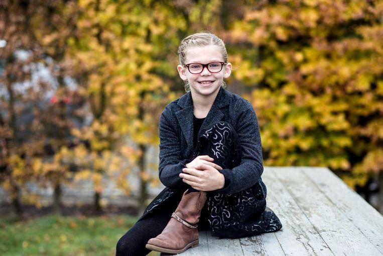"""Ella (7) heeft al sinds haar 4de diabetes type 1. """"'Beweegt ze te weinig?' of 'Eet ze te veel zoet?', vragen de mensen dan"""", zegt haar moeder Brenda. Nee dus. Beeld Tine Schoemaker"""