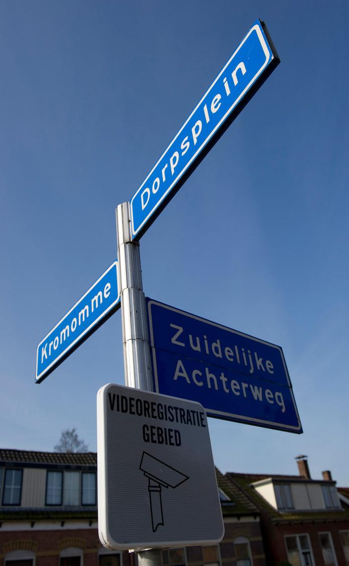 Als het aan D66 ligt, mogen sommige straatnaambordjes wel worden voorzien van meer uitleg.