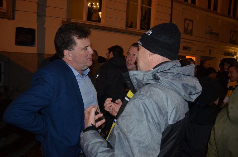 Burgemeester Anthuenis in gesprek met enkele supporters.