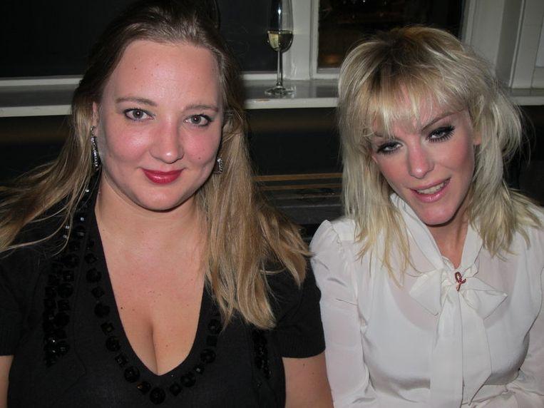 Stacey Rookhuizen, beroemdheid (r), en Leonie Prins zijn blond, maar weinig Marilyn. Beeld