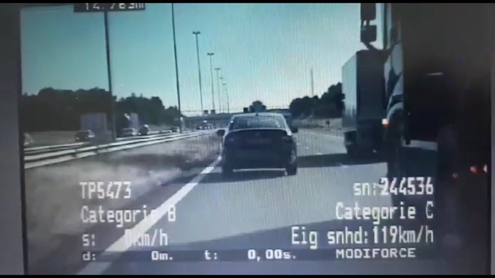 ...Maar komt dan ineens naar links. Hij rijdt daarbij bijna tegen de videoauto van de politie aan.