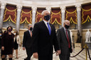 Vicepresident Mike Pence loopt terug naar de vergaderzaal als de rust is wedergekeerd.