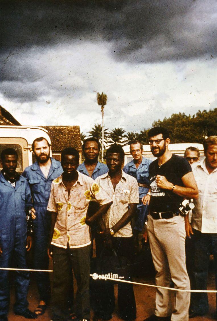 Als student virologie maakte Piot, tweede van links, in 1976 deel uit van het team dat in Yambuku (nu DR Congo) een mysterieuze ziekte onderzocht: ebola.  Beeld Joel Breman