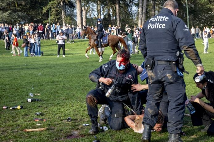 De beklaagde wordt gearresteerd door een van de agenten die daarvoor gewond was geraakt