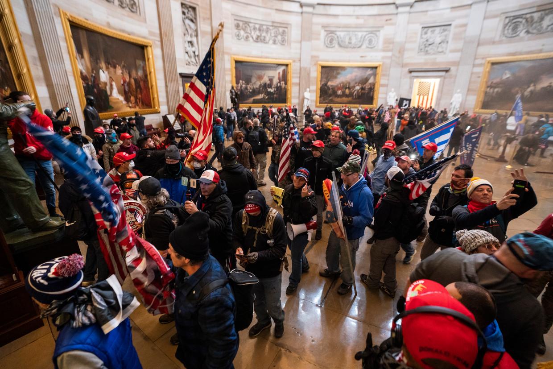 Trump-supporters in de rotonde van het Capitool tijdens de bestorming van woensdag Beeld EPA