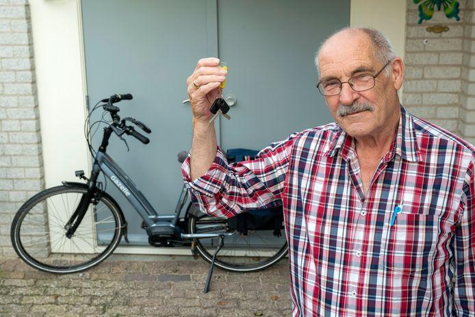 Zetten, 5 augustus 2021.  Voor rubriek Lezers helpen lezers: de fiets van Jack op den Brouw is gestolen bij het ouderencentrum. Hij heeft de sleutels nog. Op de achtergrond de fiets van zijn vrouw.  dgfoto . Foto: Gerard Burgers