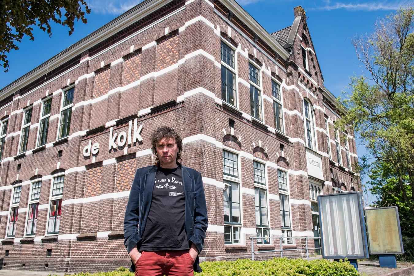 De gemeente Almelo eist dat Henk Lammers met zijn poppodium Paco Plumtrek zo snel mogelijk vertrekt uit de oude Kolkschool.