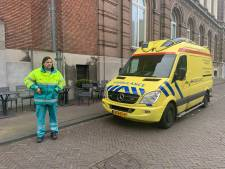 Marcel protesteert met z'n ambulance bij het Binnenhof: 'Ze laten een hulpverlener failliet gaan'