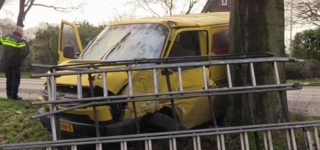 Busje slipt en botst tegen boom in Winterswijk, bestuurder gewond