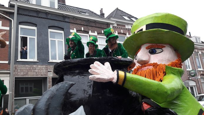 De Piepkes uit Westervoort maken furore tijdens de carnavalsoptocht in Arnhem van 2019: de laatste optocht tot nu toe.